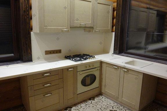 Кухонный гарнитур в деревянном коттедже