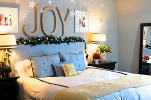 Чем украсить интерьер спальни