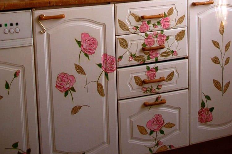 Расцветки и декор шкафов для кухни